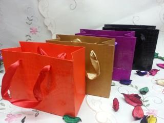 Sử dụng túi giấy sắc mầu để tăng hiệu quả thu hút